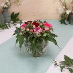 Rosengesteck mit Nelken und Efeu im Glas mit Löcherdeckel