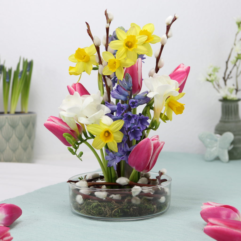 Frühlingsgesteck im Steckigel (Kenzan) - Alternative zu Steckschaum