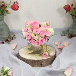 Upcycling: Leere Kaffeetüte mit Rosengesteck im Steckigel