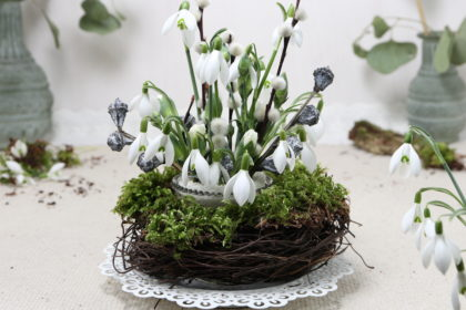 Frühlingsgesteck mit Luffa Gurke als Steckhilfe