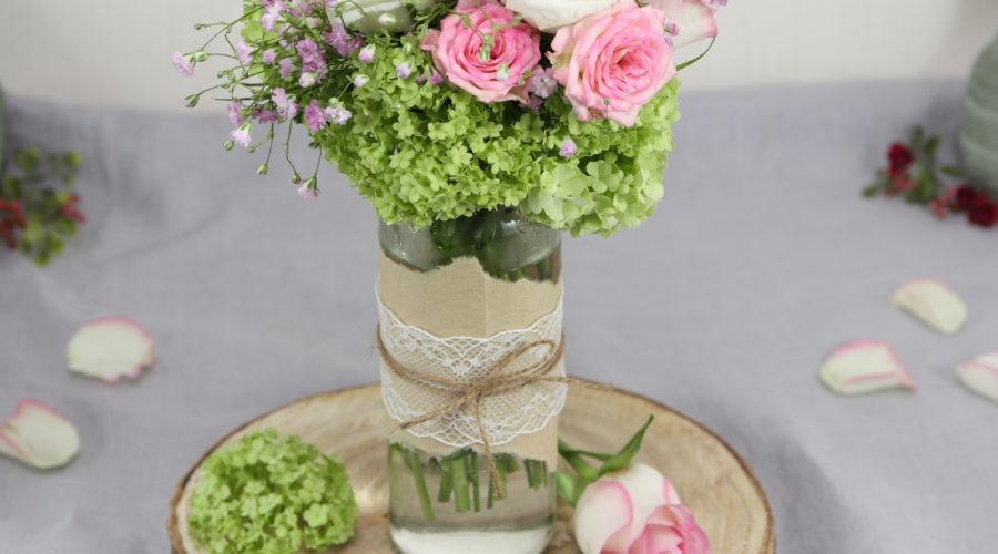 Upcycling_DIY: Vintage Vase aus leerer Smoothie-Flasche, Kaffeefilter, Spitzenband und Juteschnur