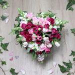 DIY: Strauß mit Blumenmanschette aus Efeu in Herzform