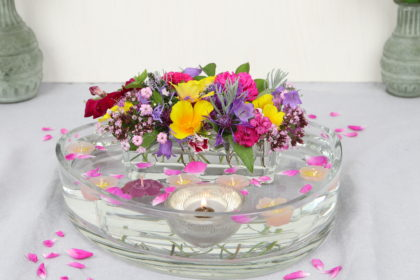 Flache Glasschale mit Schwimmkerzen, Blumen und Klebestreifen-Trick dekorieren