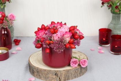 DIY: Herbstliches Blumengesteck mit Hagebutten, Rosen, Fetthenne: ohne Steckschaum, mit Töpferton