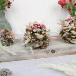 Naturdeko: Zapfen mit Trockenblumen dekorieren