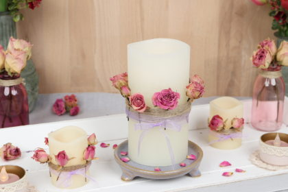 LED-Kerze dekorieren: Romantische Kerzendeko mit getrockneten Rosen